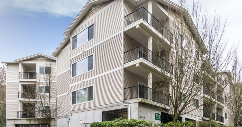 Secluded Condo in Kenmore with Easy Access to Nearby Shops and Parks